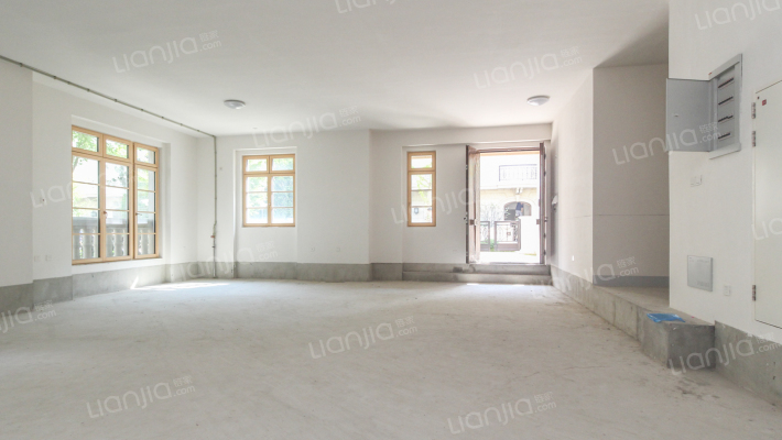 梦幻平墅:地上3.6米 9米层高地下室 南向200平花园