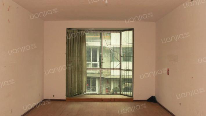 此房出行方便,户型方正,4跃5 居住方便舒适