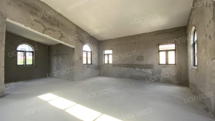 小区中间位置 层高3层 加上地下室4层