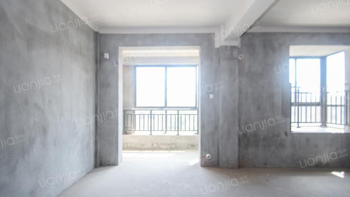 此房利用面积大,房东诚心出售,中间套型
