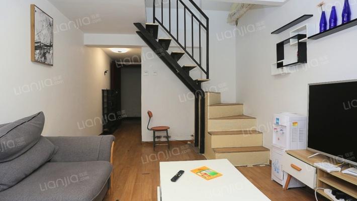 此房满两年,证在手,地段生活配套齐全,居住环境舒适