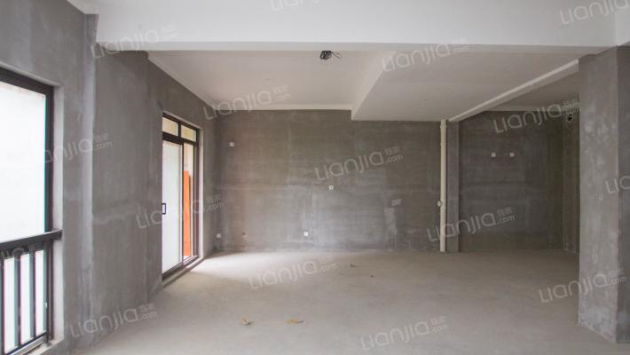 此房为光明领尚的别墅东边套,共三层加地下室一层
