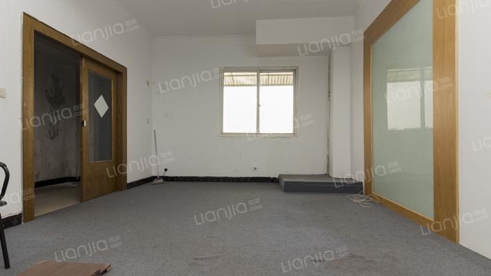 此房面积大,用处也广,使用的灵活度高。
