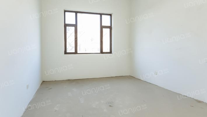 此房为联排别墅,毛坯房可根据自己的风格进行装修