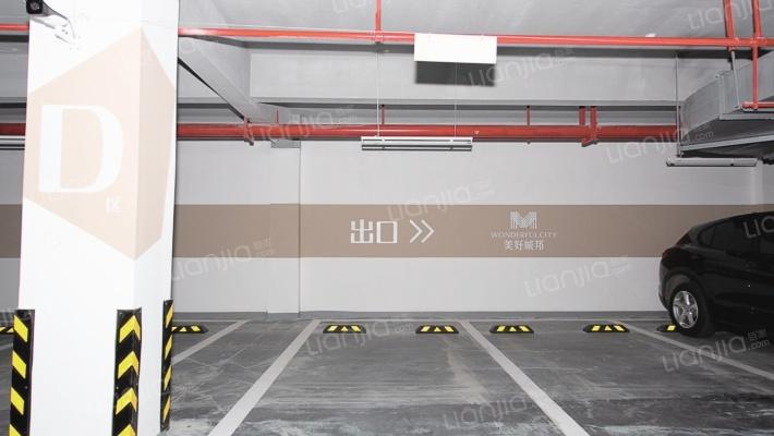 地下停车位,空间很大停车很方便。