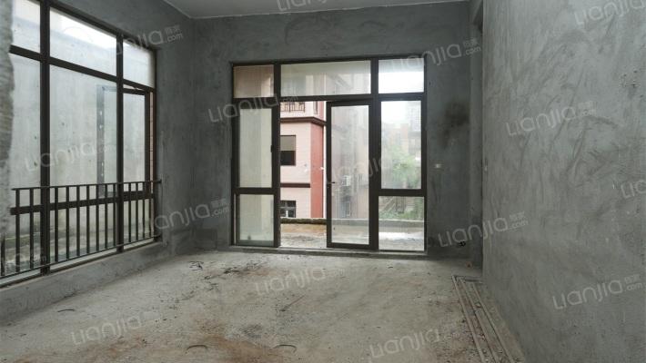 该房是联排别墅,有天有地,有花园,位置安静舒适。