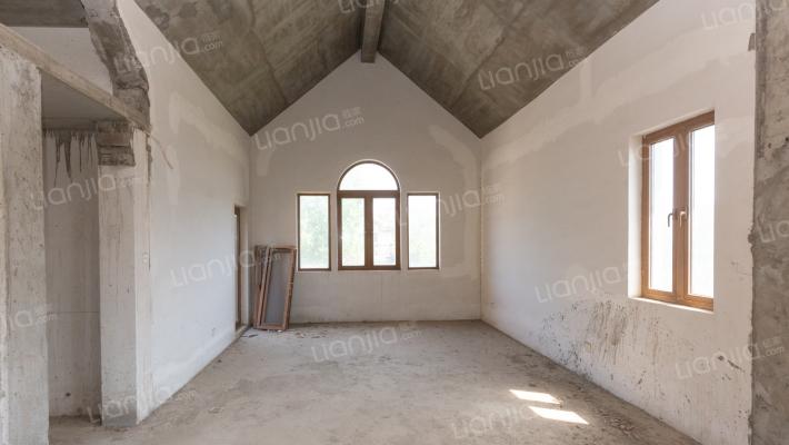 此房是大山地独栋地上两层,院子大概300平左右,
