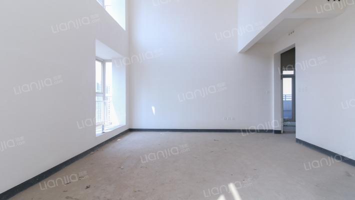 此房 顶跃 使用面积较大 客厅挑高6米