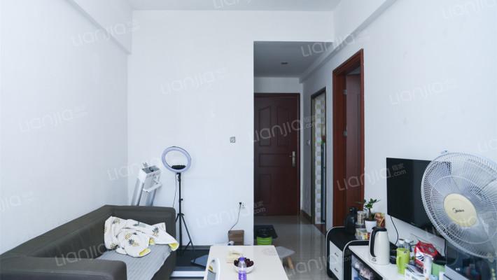 精装修温馨两房 位于中间楼层 业主诚心出售