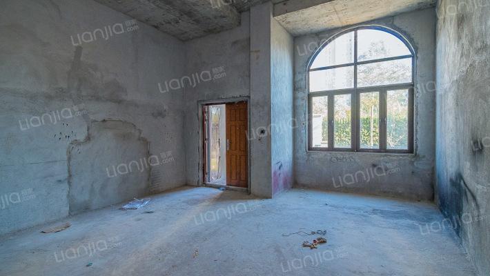 联排别墅 五房 客厅挑高 带地下室 朝南 采光充足