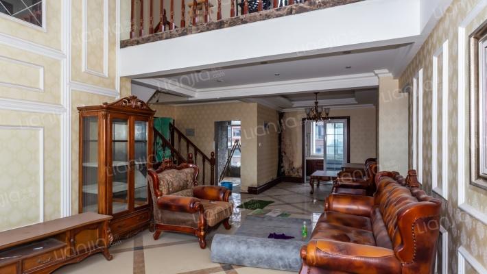 香槟城房子精装修 带家具家电 ,复式洋房。