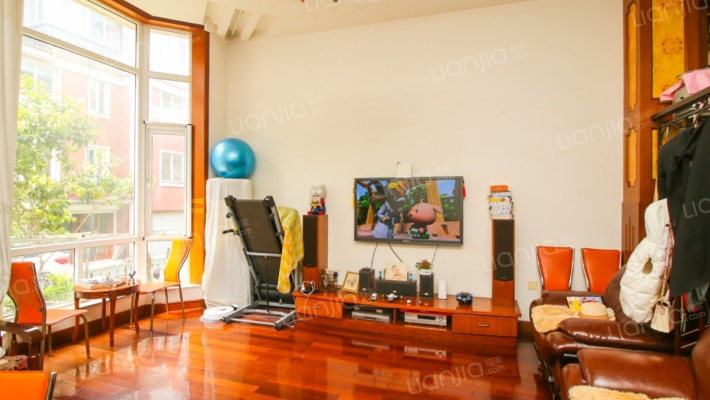 此房诚心出售,联排别墅,自带花园和地下室,精装修