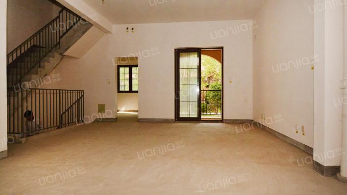 龙湖滟澜山联排别墅,位置好,采光好,纯毛坯诚心出售