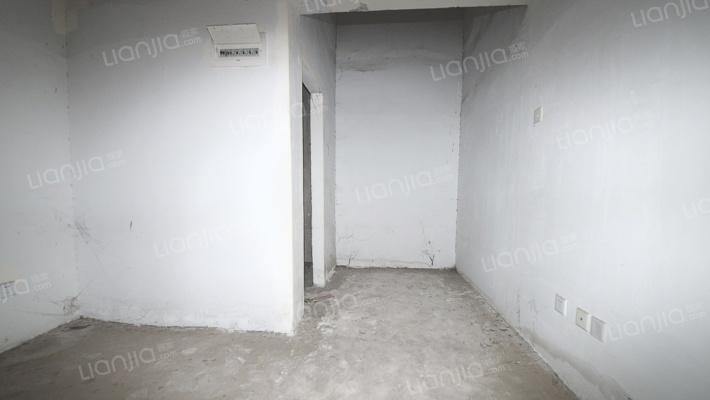 爱尚泾渭一室毛坯业主诚心出售,看房方便。