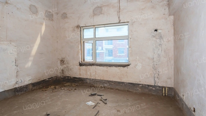 此房,证不过二 三个大露台 客厅挑空 户型设计合理