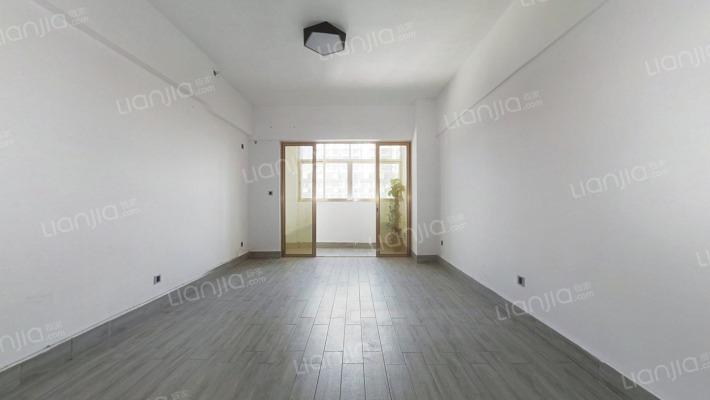 此房格局方正,楼层适中,采光充足,视野开阔