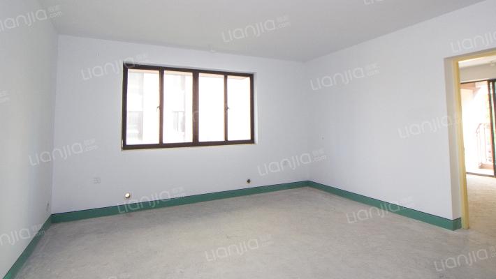 房子是毛坯3房大面积,地铁口,采光好