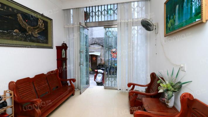 本房源房东保养的很好,外面很新和里面装修也很新。