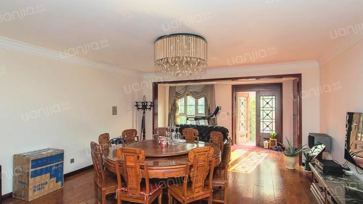 品质小区,花园洋房,有花园阳光房,使用面积超大。